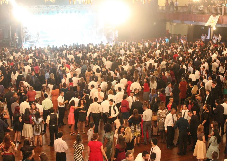 Baile do Juventus reúne mais de dois mil Jovens Adultos Solteiros