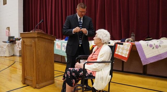 Mulher de 102 Anos Ganha O Medalhão das Moças da Presidência Geral das Moças