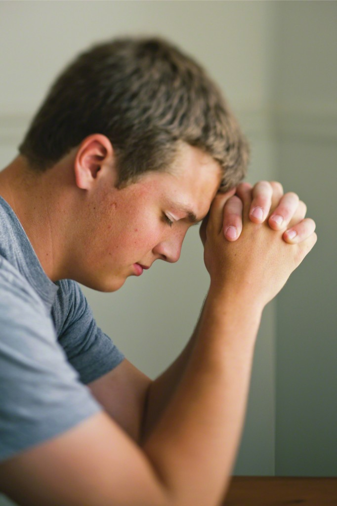 young-man-praying; diretos lds.org