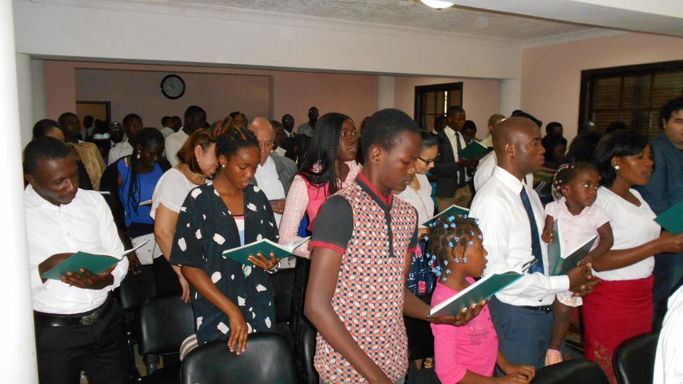 Os Santos dos Últimos Dias em Angola assistem a Conferência Geral