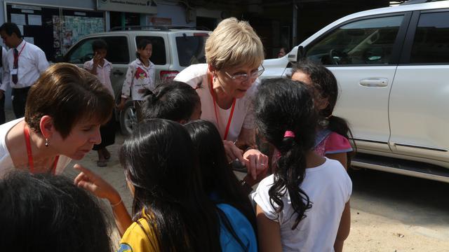 Líderes Mórmons, Cheryl Esplin e Neill Marriott, Visitam Mulheres e Crianças na Ásia