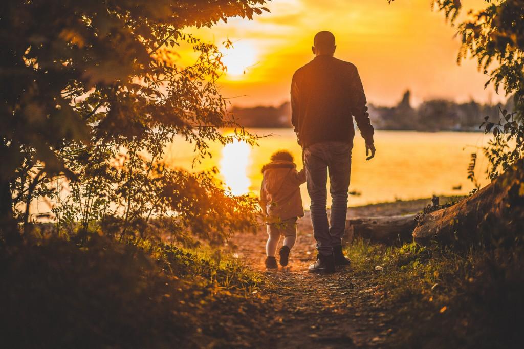 Família mórmon caminhando