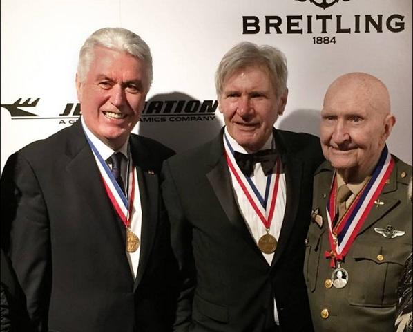 """Presidente Uchtdorf Conhece Harrison Ford e Presenteia """"Bombardeiro de Doces"""" com Premio da Aviação"""