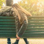 Casal de mãos dadas num parque - moça e rapaz