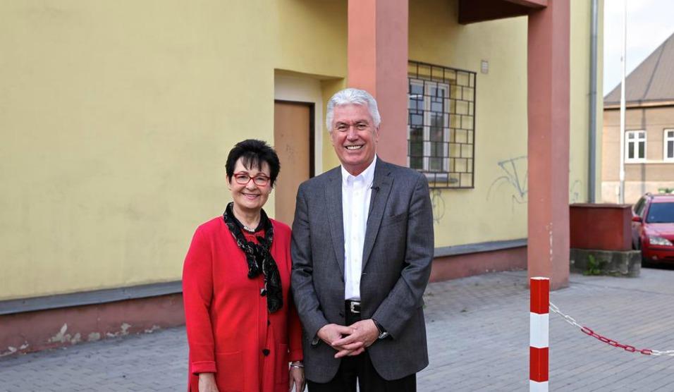 Presidente e sister Uchtdorf em frente a casa