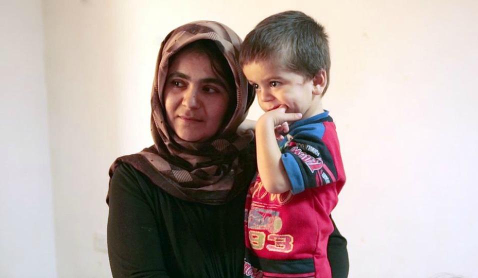 Mãe e filho refugiados sírios