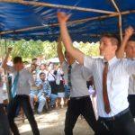 Missionários mórmons dançam