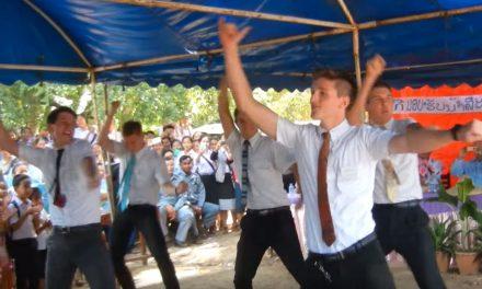 Missionários mórmons dançam em cerimônia de entrega de água na Tailândia