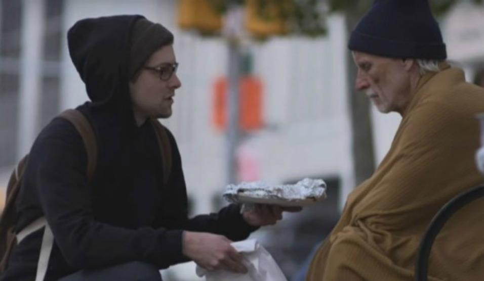 """Homem ajudando mendigo. A história por trás do hino """"amai-vos uns aos outros"""""""
