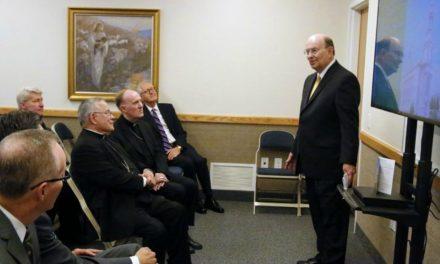 Élder Cook faz um tour com Arcebispo Católico e Sacerdotes no templo em exposição