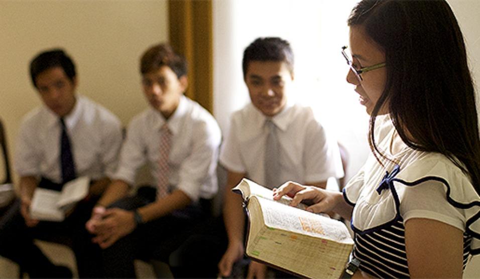 Jovem moça participando de aula dos jovens da escola dominical nas Filipinas