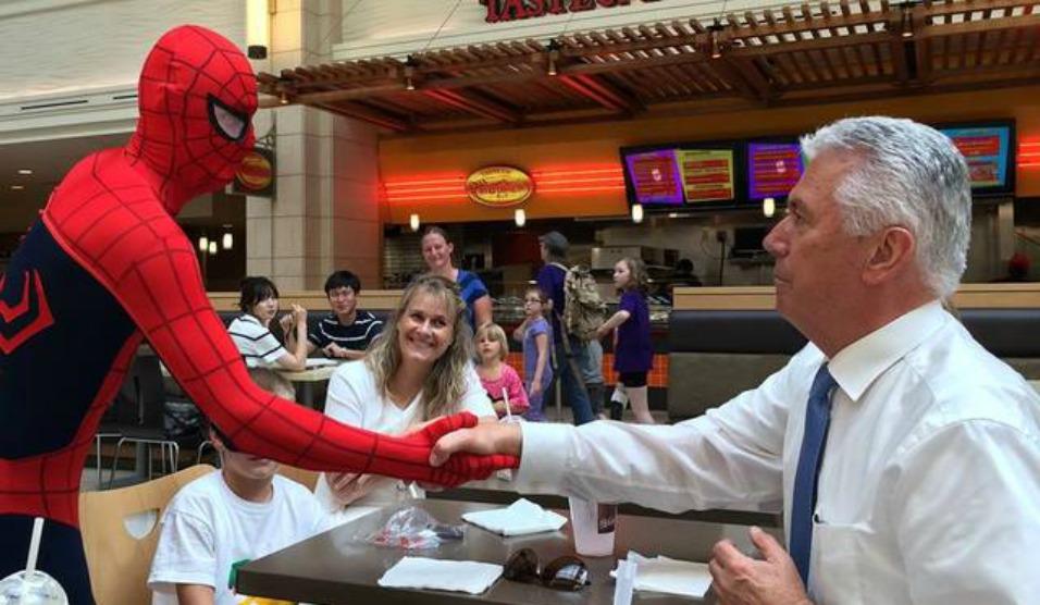 A Incrível História por trás da foto viral do Homem Aranha com o Presidente Uchtdorf