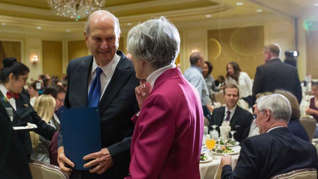 Presidente Nelson e Pamela Atkinson.
