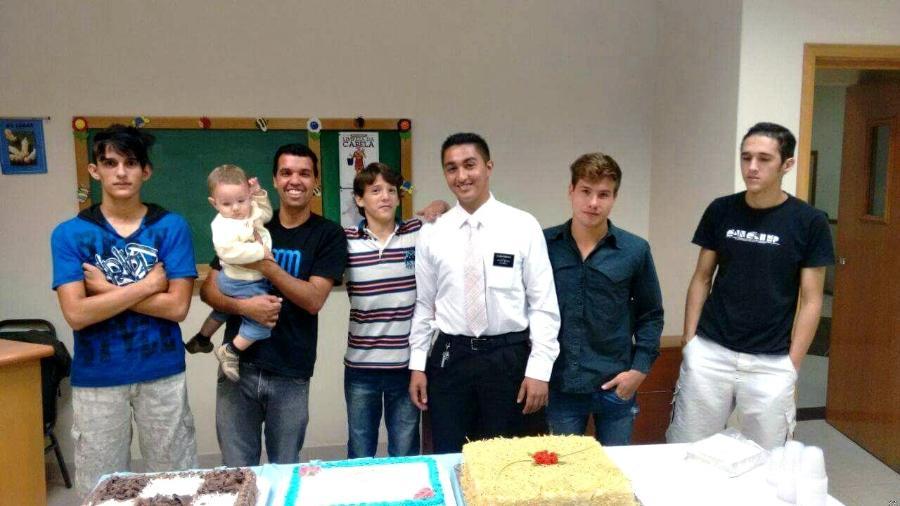 Pai Solteiro Mórmon adota 8 meninos e o tema vira notícia no uol