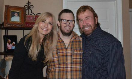 Chuck Norris visita missionário retornado com Síndrome de Down e Câncer Terminal