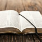 ler a bíblia