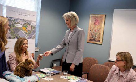 Liderança das Mulheres entrega doação para a luta contra o abuso infantil