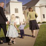 Família frequentando a igreja