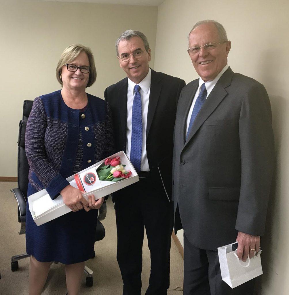 Primeira Dama, Elder Godoy e o Presidente do Peru, com flores tulipas vermelhas e amarelas