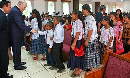 Élder Renlund Cria Primeira Estaca no Idioma Queqchi na Guatemala