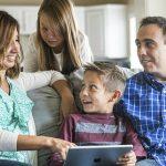 Família reunida tecnologia - estratégias para ajudar as crianças a rejeitarem a pornografia