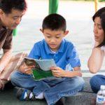 """Família lendo a revista """"A Liahona"""" juntos"""