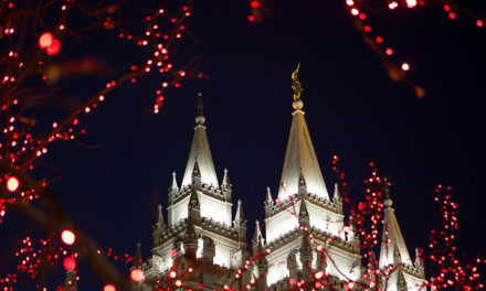 Câmera ao vivo mostra as luzes de Natal na Praça do Templo serem ligadas