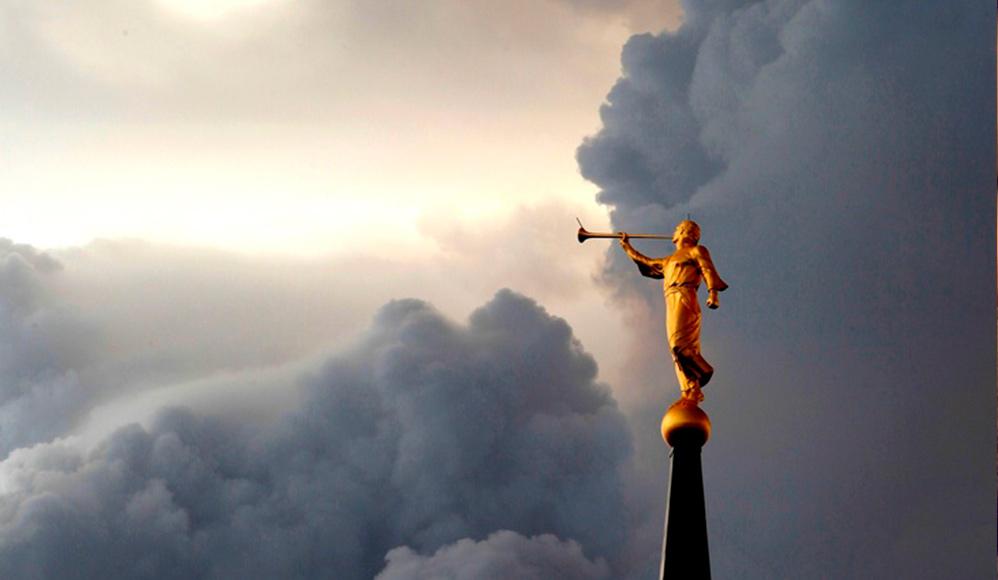 Por que há uma estátua de Morôni no topo dos templos ao invés do anjo Gabriel?