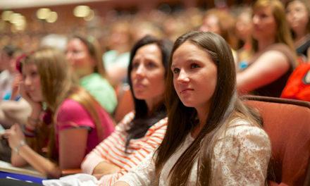 LDS.org destaca como as mulheres são participantes essenciais no trabalho do sacerdócio