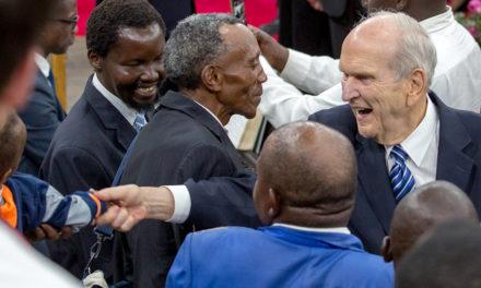 Presidente Russel M. Nelson chega ao Quênia, na África