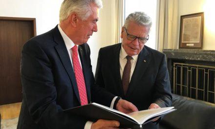 Élder Uchtdorf presenteia ex-presidente alemão com história da família