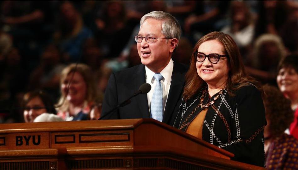Élder e irmã Gong ensinam às mulheres a amar como Cristo amou