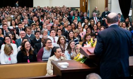 Élder Cook: A mão do Senhor é evidente durante esta época difícil no Brasil