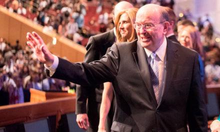 Élder Cook ensina que o estudo da história da Igreja pode fortalecer a fé