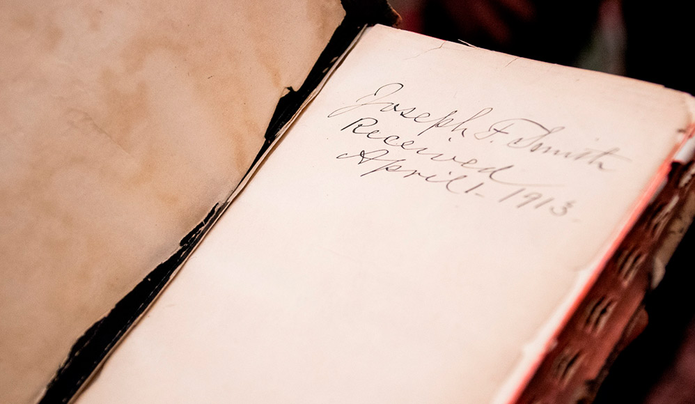 100 anos depois, a Igreja de Jesus Cristo recebe a Bíblia de Joseph F. Smith