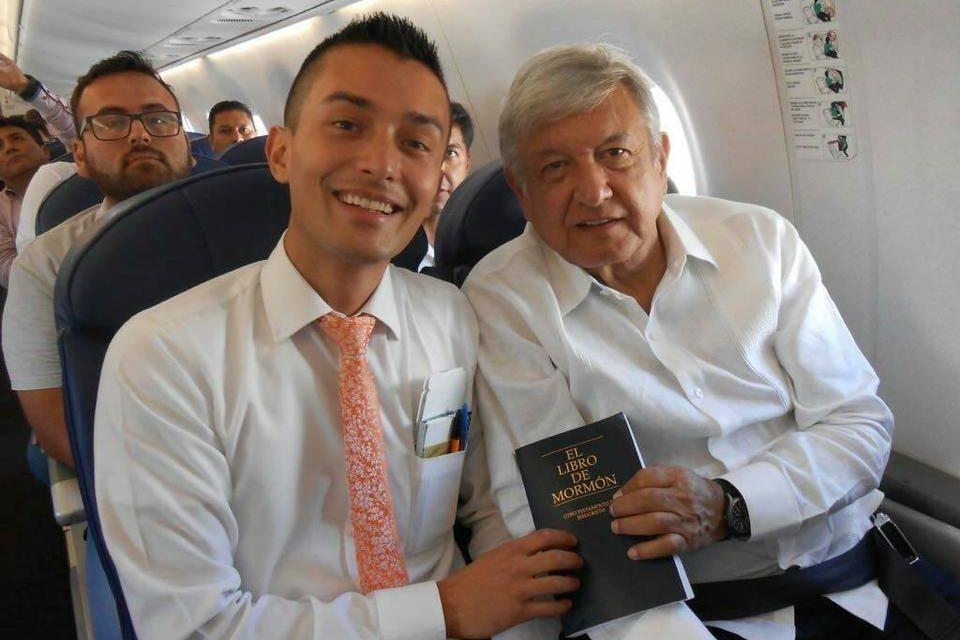 Missionário entrega um Livro de Mórmon ao Presidente do México