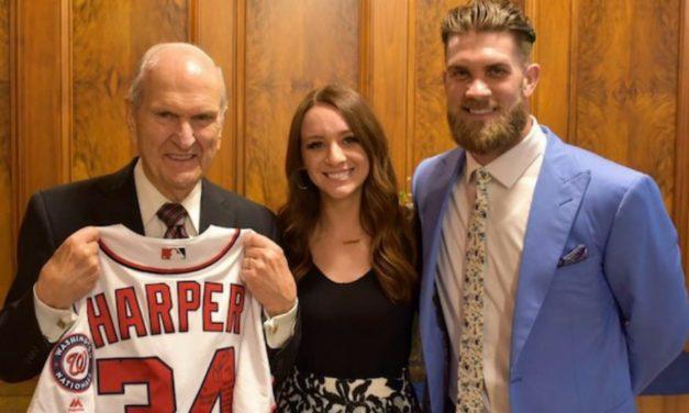 Presidente Nelson ganha camisa de jogo de jogador da MLB