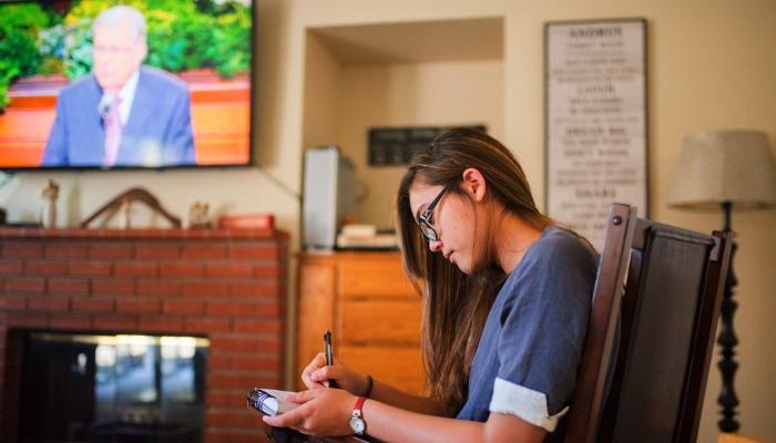 Moça assistindo a conferencia geral