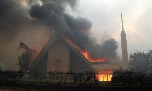 Capela da Igreja é atingida pelo incêndio em Paradise, Califórnia