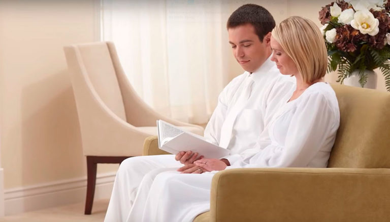 Casal dentro de um templo de A Igreja de Jesus Cristo dos Santos dos Últimos Dias