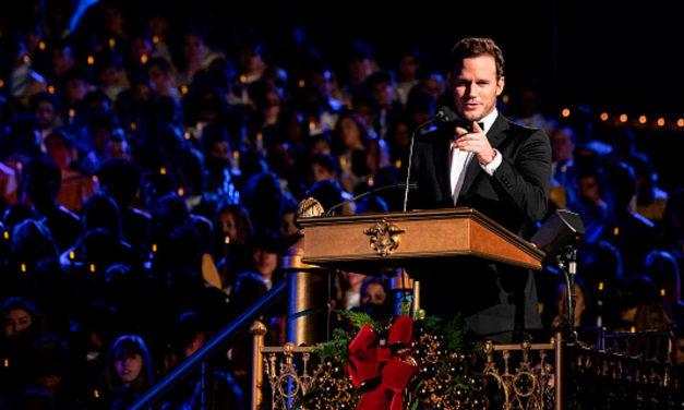 Chris Pratt testifica sobre o amor do Pai Celestial durante evento natalino