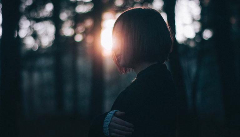 mulher pensando no por do sol