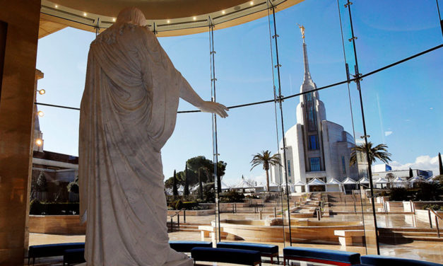 Apóstolos lideram as primeiras visitas públicas ao templo de Roma, Itália