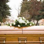 caixão em um enterro