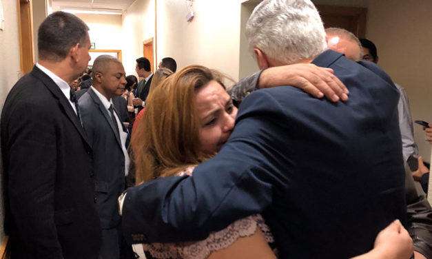 Élder Uchtdorf visita família de missionário brasileiro que faleceu em Portugal