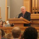 Presidente M. Russell Ballard discursando em um devocional