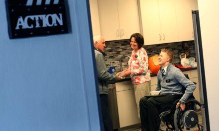 Rapaz encontra alegria como missionário 4 anos após acidente que o paralisou