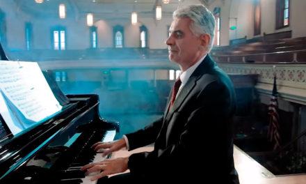 """[Video] Confira o Bispo Caussé tocando um belo arranjo de """"Onde Encontrar a Paz"""""""