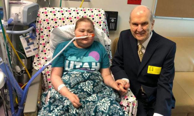 O Pres. Nelson fez uma visita surpresa a uma jovem com câncer