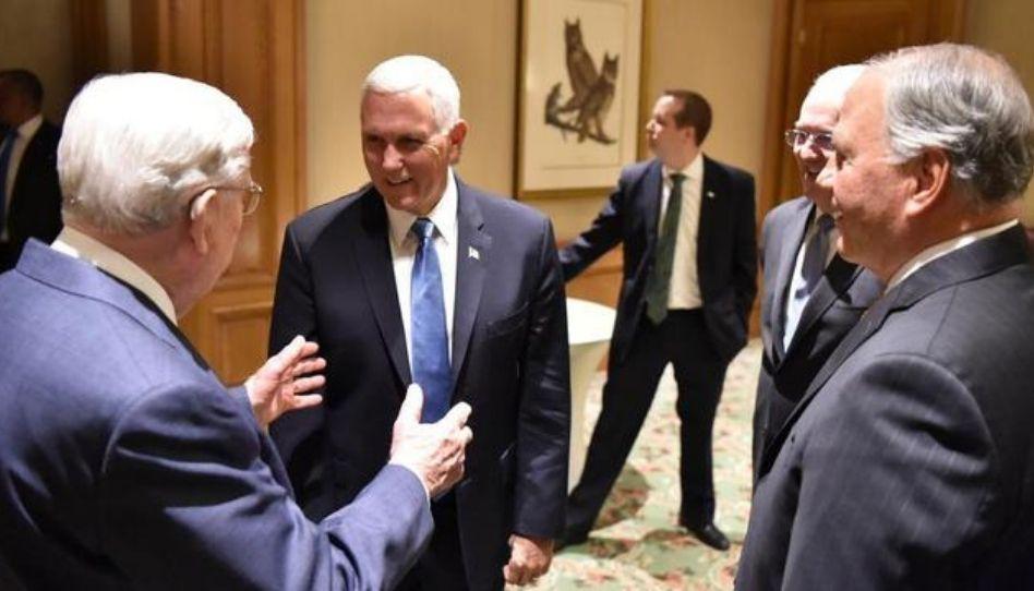 Apóstolos se reúnem com o vice-presidente dos EUA, Mike Pence